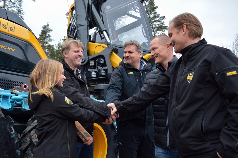 På Elmia Wood 2013 presenterade Ponsse sin banbrytande skördare Scorpion. Ett halvår senare fick Sverige sin första Scorpion, vilket blev starten på en succé. Den 3 november levererades Scorpion nummer 100 på den svenska marknaden. Den gick till KSI i Kungsör AB, som drivs av Jörgen Karlberg.