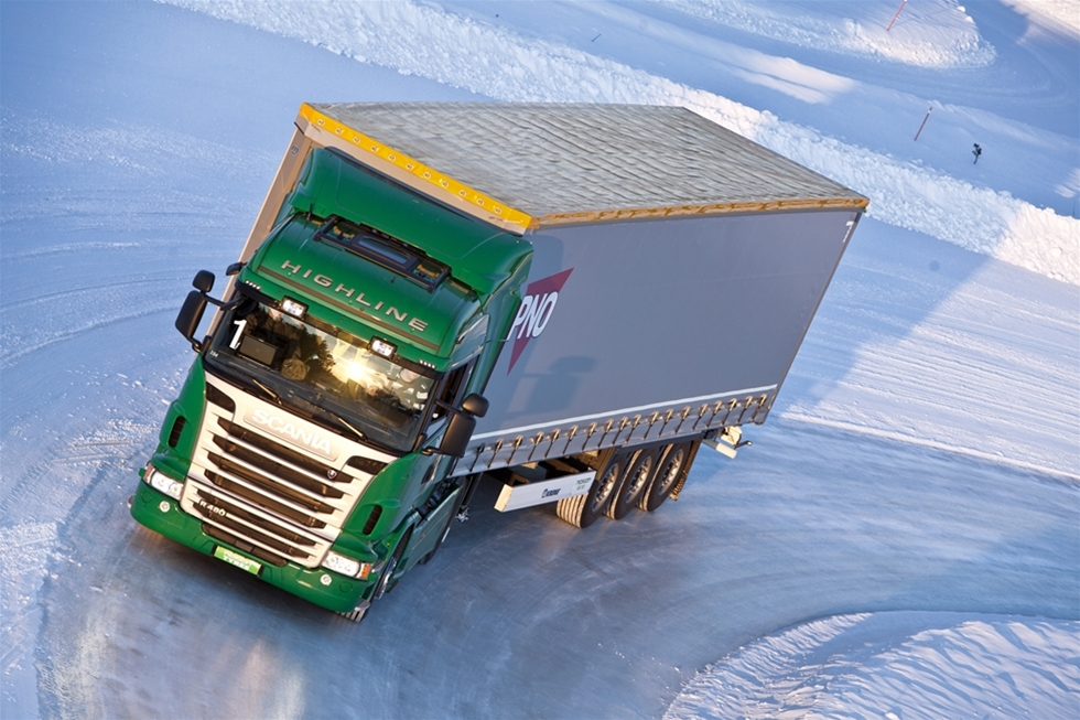 Trafikinfarkten i Stockholm, som skapades av det värsta snöovädret på över hundra år i november, hade inte behövt bli så allvarlig om lastbilar och bussar som kört fast och blockerade vägarna hade haft bättre däck för väglaget.