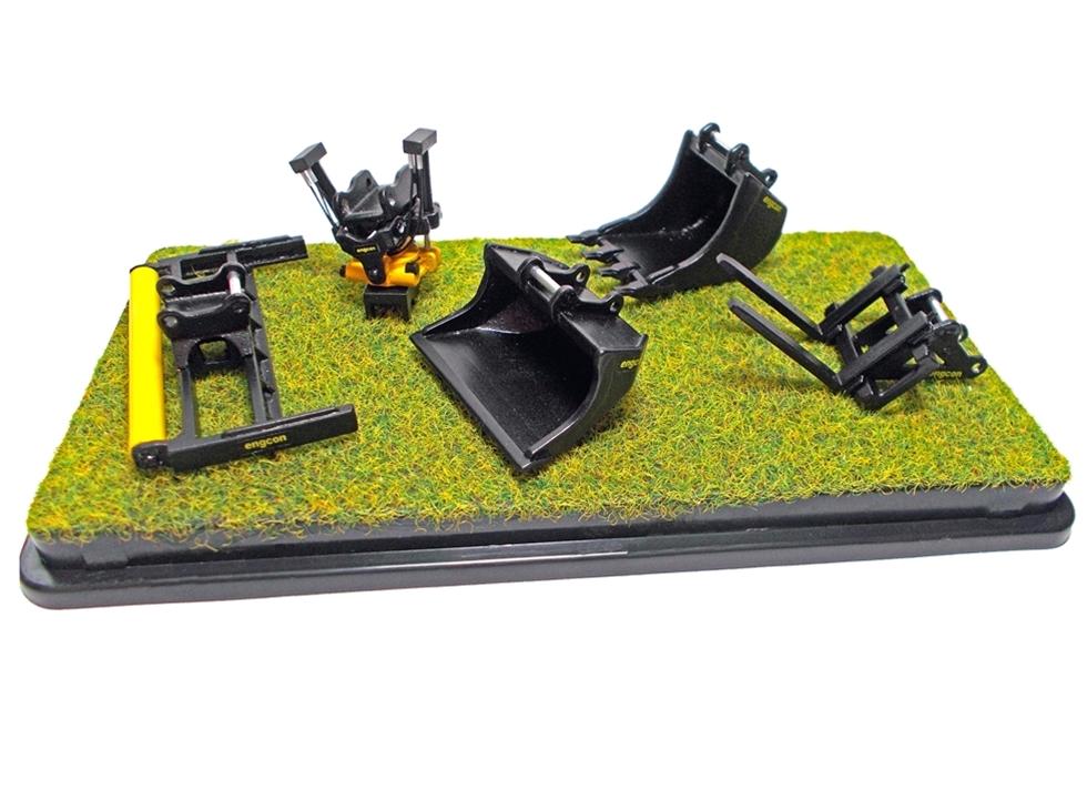 Engcons tiltrotatorer och tillbehör finns nu tillgängliga att beställa i minivariant. Modellerna är i skalan 1:50 och består av EC219-tillrotatorer, en tandad grävskopa, planeringsskopa, pallgafflar och avjämningsbalk.