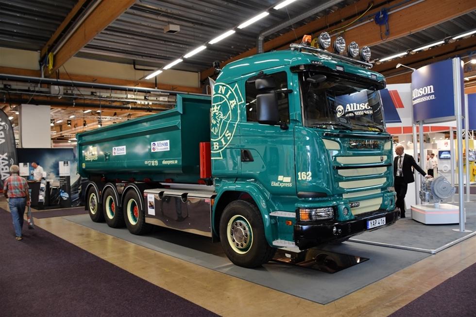 Det råder ingen tvekan om att han är nöjd med sin investering, Paul Nilsson på DP Åkeri i Oskarsström. Han fanns på plats i Allison Tranmissions Monter på Elmia och han visade gärna upp sin Scania G490 8x4 med navreduktion och Allisonlåda.