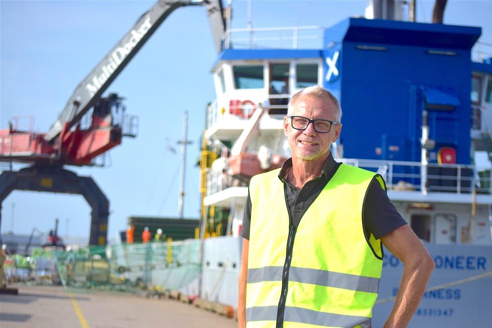 Varbergs hamn är störst i Sverige på export av sågade trävaror. Hamnen är dessutom trea på att skeppa ut pappersmassa. – Vi har bra samarbete med rederiet, Scotline. En kund kan få sitt virke på 36 timmar, rena e-handelstempot, säger Bengt Burström, operativ chef och med 33 års anställning, en av företagets veteraner.