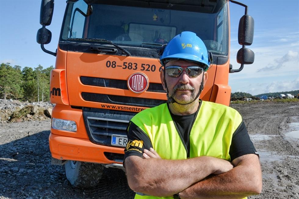 Hjulen följsamhet mot underlaget är påtaglig när VSM Entreprenads Tatra Phoenix 8x8 rullar fram i det gigantiska hamnprojektet i Norvik, Nynäshamn. Föraren Mikael Alm skiner ikapp med solen när han kliver ut ur hytten. – Komforten är i toppklass även när jag har 30 ton på flaket. Framkomligheten likaså, säger han.