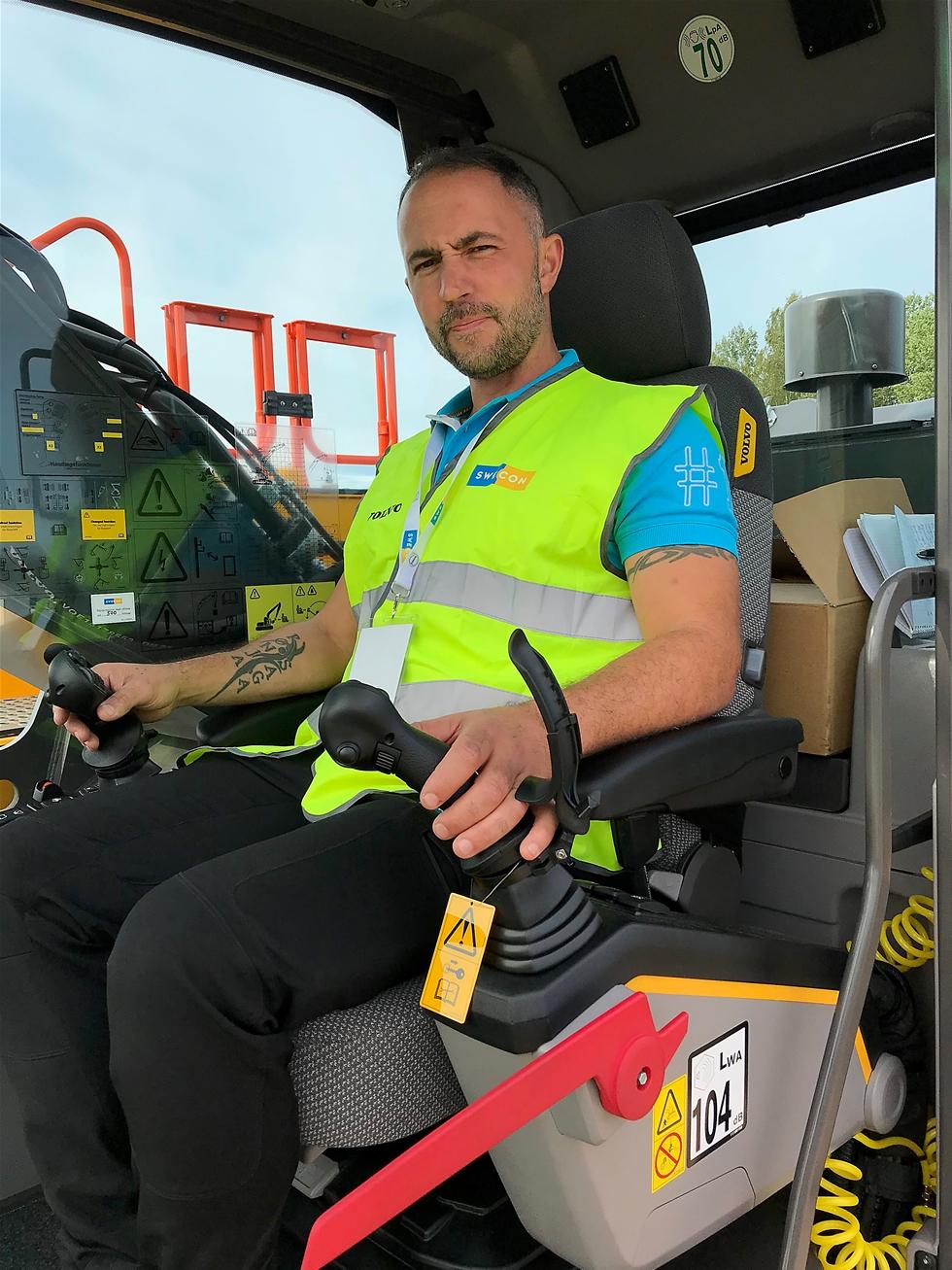 """Håkan  Andersson  gillar  sitt  nya  jobb  som  demoförare  hos  Swecon  skarp t.   """" Det  är  så   sjukt  kul  att  få  hantera  så  fina  maskiner """" ,  tycker  han  från  sätet  i  en  EC300EL."""