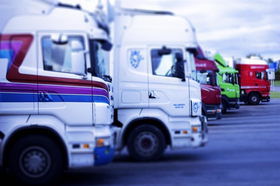 Det är oerhört komplexa tider för lastbilsbranschen i Sverige för närvarande. Inte nog med att svallvågorna inom Volkswagenkoncernen efter avgasskandalerna fortfarande rullar och sätter exempelvis döttrarna MAN som Scania i rörelse. Till oron ska även läggas de mångmiljardböter som de flesta av Europas stora lastbilsjättar tvingas betala. Volvo har avsatt 2,3 miljarder kronor och Scania 3,8 miljarder kronor till eventuella böter. Scania nekar till kartellanklagelserna och vi vet inte var det hela slutar.