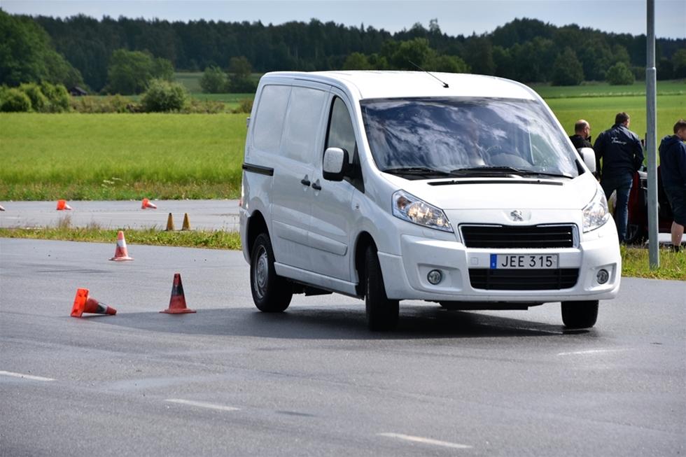 Det råder ingen tvekan om att de menar allvar, Peugeot Sverige. När helt nya transportbilen Expert lanserades så bjöds samtliga återförsäljare till Trosta Park utanför Arlanda för inte bara en genomgång av bilen alla företräden - utan även möjligheter till att prova tillgångarna i verkligheten. – Vi kan se tillbaka på en mycket bra period för Peugeot i Sverige, och med nya Expert kommer det att ta fart ytterligare, förklarade Robin Jakobsson, Peugeot Sverige, K.W. Bruun Autoimport AB.