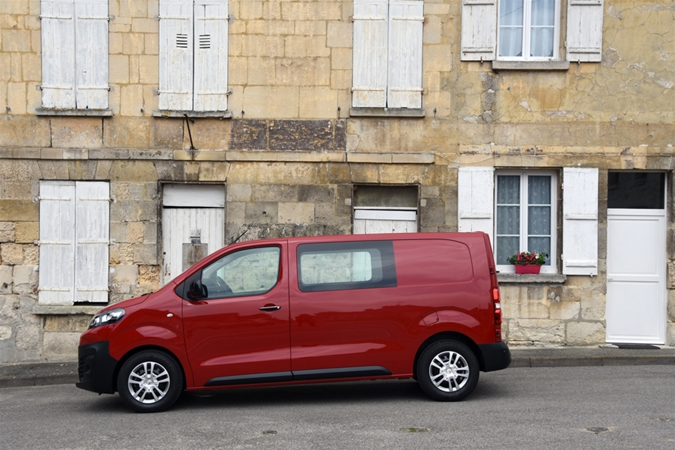 """När Citroën och Peugeot ställer de nya transportbilarna Jumpy och Expert, till förfogande för en första provkörning, så är det en sak som direkt anslår tonen - det finns ingen anledning längre att använda den lika torftiga som slitna klyschan att """"bilen är personbilslik"""". Nu är det nämligen så att tack vare den nya plattformen EMP2 som används på en rad exklusiva produkter - och framför allt tack vare en lång, lång lista med elektroniska hjälpmedel, känns jämförelsen överflödig."""