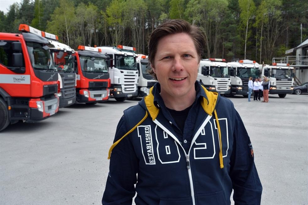 Att Stormyrlidens Åkeri numera har utdelningsadress i Stor-Stockholm är resultatet av en osannolik kedja av händelser och omständigheter. Eller kanske snarare en serie tillvaratagna erfarenheter och möjligheter. Men flytten på 90 mil är bara en krusning på ytan jämfört med den resa som åkeriägaren och maskinentreprenören Jörgen Larsson varit med om. Våren 2013 hade han inte varit i närheten av en betongbil. Nu är han på väg mot en flotta på tretton stycken. – Jo, det blev så, konstaterar Jörgen, som tog över tre bilar plus chaufförer när en åkare skulle avveckla.