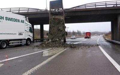 Containern lyfte sig och rammade bron