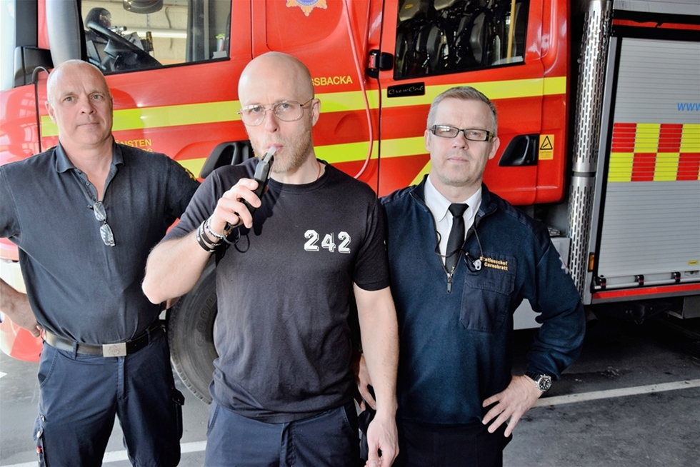 Brandmän och ambulanssjukvårare testar promillen när de kommer till jobbet. Men andra blåljusförare som slipper - de poliser som är satt att kontrollera nykterheten på vägarna. – Sådana kontroller är inget som vi övervägt, säger Fredrik Wallén, presstalesman vid polisen.