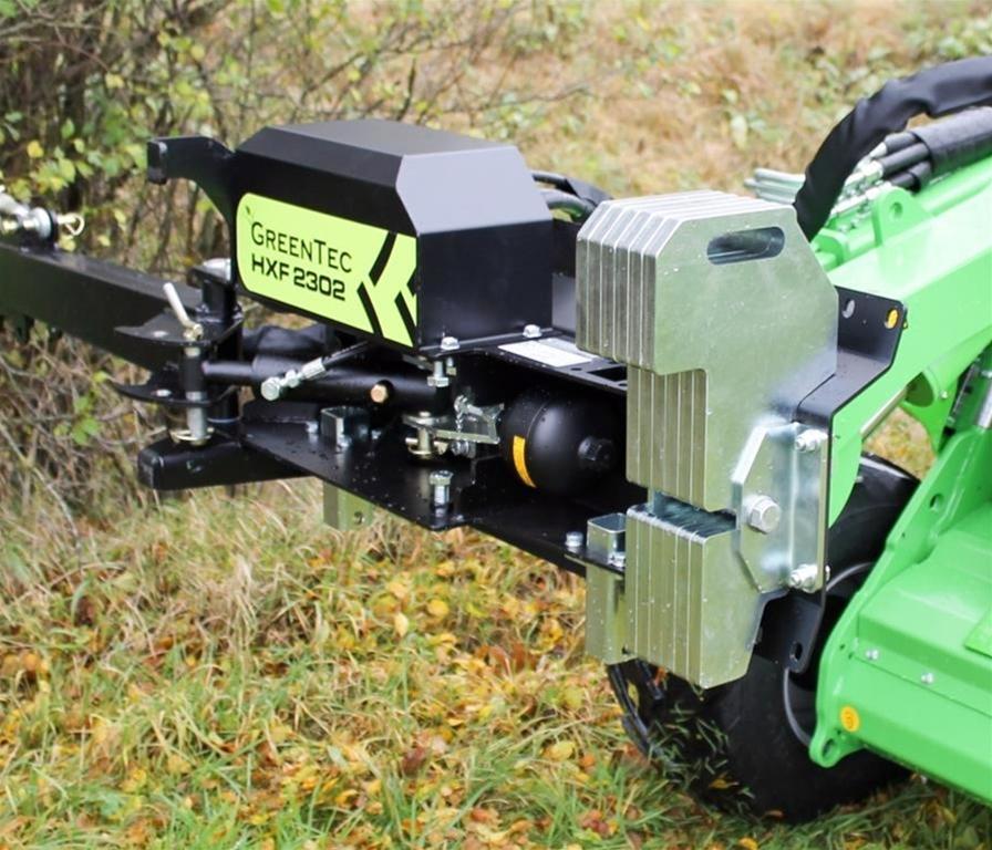 GreenTec HXF 2302 är en mångsidig redskapsbärare med utfällbar arm där många olika redskap enkelt kan monteras med hjälp av mekaniska och hydrauliska snabbfästen.