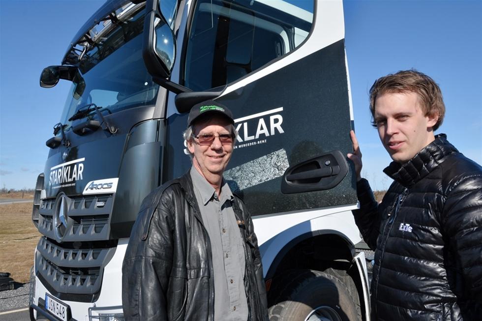 Åkarna Börje och Daniel Gustavsson redan nu spetsat önskelistan inför nästa lastbilsinvestering: turbo-retarder-koppling och hydraulisk framhjulsdrift. – Den nya kopplingen fungerar otroligt fint och är något vi saknat. Mestadels kör vi i skogen och det är ofta väldigt kuperat. Det sliter på grejerna. Även den hydrauliska framhjulsdriften jobbar väldigt smidigt och skulle underlätta för oss, säger Börje.