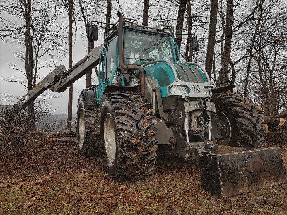 Nokian Tractor King är ett nytt kompromisslöst traktordäck för de allra tyngsta maskinerna i tuffa terrängförhållanden i skogs-, schakt- och vägarbeten. Däckets helt nya slitbanemönster och den kraftigt förstärkta stommenär unika för ett traktordäck. Kraven på det perfekta traktordäcket har blivit höga då maskinvikten, antalet hästkrafter och hastigheterna har ökat. Nokian Tyres lanserar nu det […]