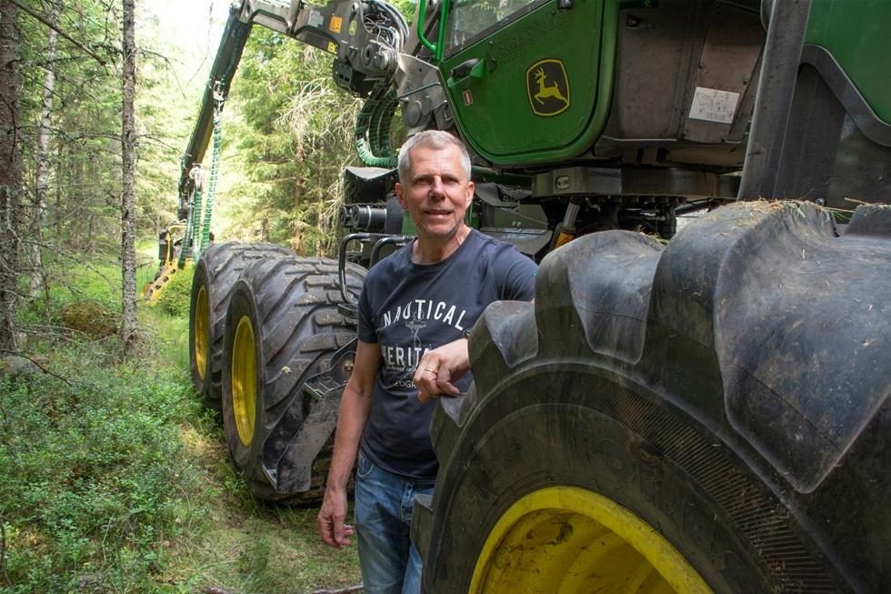Det blev en extra grön vår för Dennis Oscarsson, skogmaskinentreprenör i Jönköping, åtminstone innan värmeböljan kom. Först en ny John Deere-skotare och sedan en skördare i samma kulör – båda utrustade med kranspetsstyrning (Intelligent Boom Control, IBC). – Kranspetsstyrningen gör arbetet mera följsamt och vilsamt. Den ger även en ökad precision då skördarens kran och aggregat manövreras i gallringar, tycker Dennis Oscarsson.