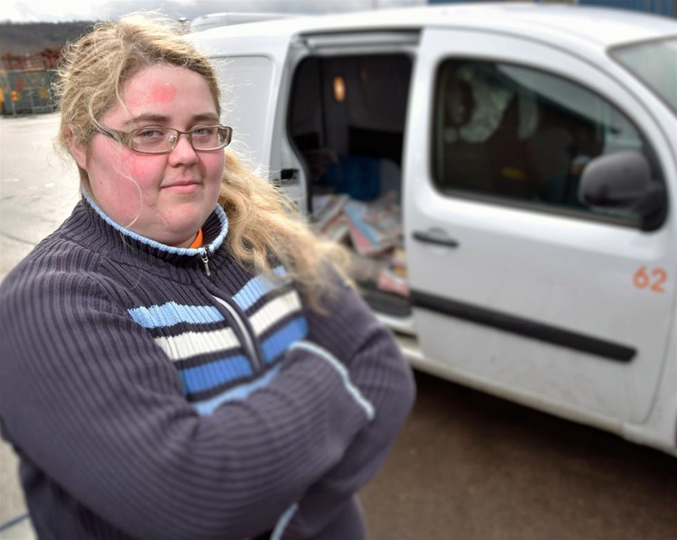 Amanda Bellinis kommer aldrig att glömma första dagen på jobbet. Den blev dramatisk. Hennes transportbil kapades. Hon satt med öppen lastlucka och ett kraftigt vinddrag i 30 mil medan den psyksjuke föraren gasade på i hög fart. – Jag var som paralyserad, säger 19-åringen.