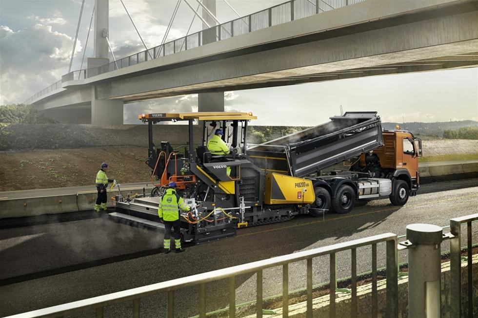 Den nya kompakta asfaltläggaren P4820D ABG har funktioner som är vanligare på större Volvoläggare, så att den kan hantera både små jobb i innerstaden och större projekt utanför staden. Och med asfalteringsbredder på 2 till 6,5 meter är det en kompakt maskin med mycket stor potential.