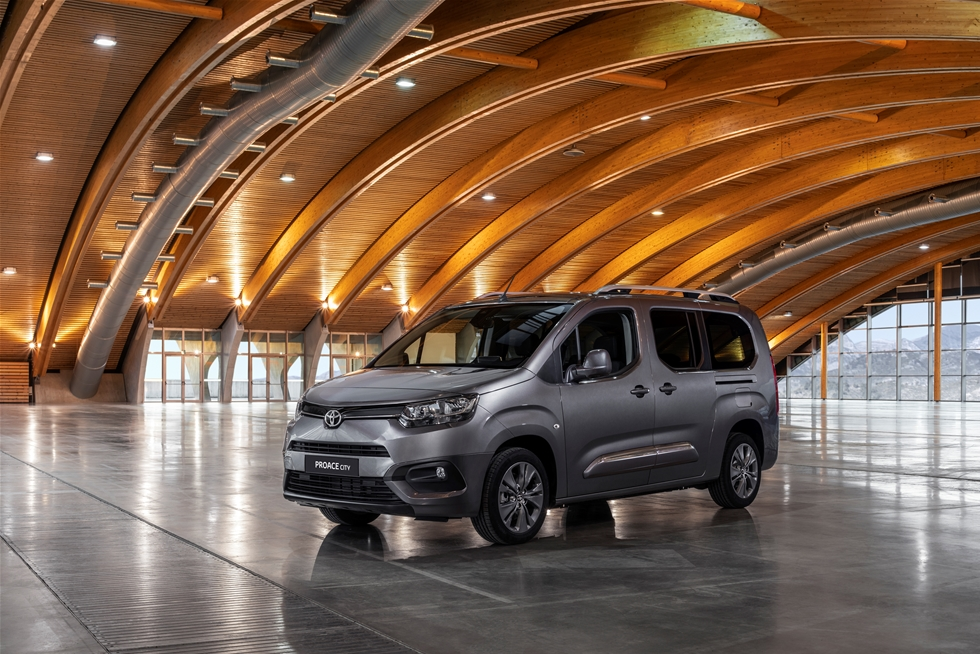 Det är en gammal sanning i branschen, att lätta lastbilar och transportbilar är såväl mindre konjunkturkänsliga som extra eftertraktade - i tider av ökad e-handel, större andel stadstrafik och tuffare miljöhänsyn. -I början av nästa år börjar vi ta emot beställningar på vår nya bil i segmentet, Toyota Proace City i olika versioner, och kort därefter kan vi starta leveranserna.