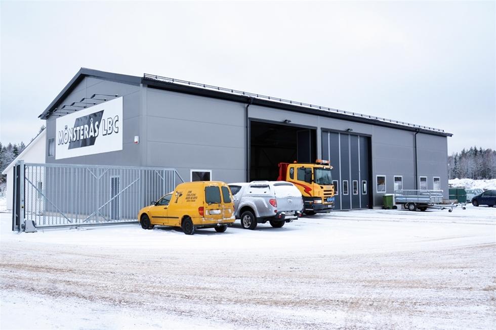 Med fem delägare, sex anslutna lastbilar och tre egna bilar är Mönsterås LBC sannolikt en av Sveriges minsta lastbilscentraler. Samtidigt är det en central som satsar friskt för framtiden, med nybyggd anläggning, nytt täkttillstånd och en utpräglad vilja av att möta kundernas behov. Lägg därtill ett stort intresse för att samverka med andra i branschen.