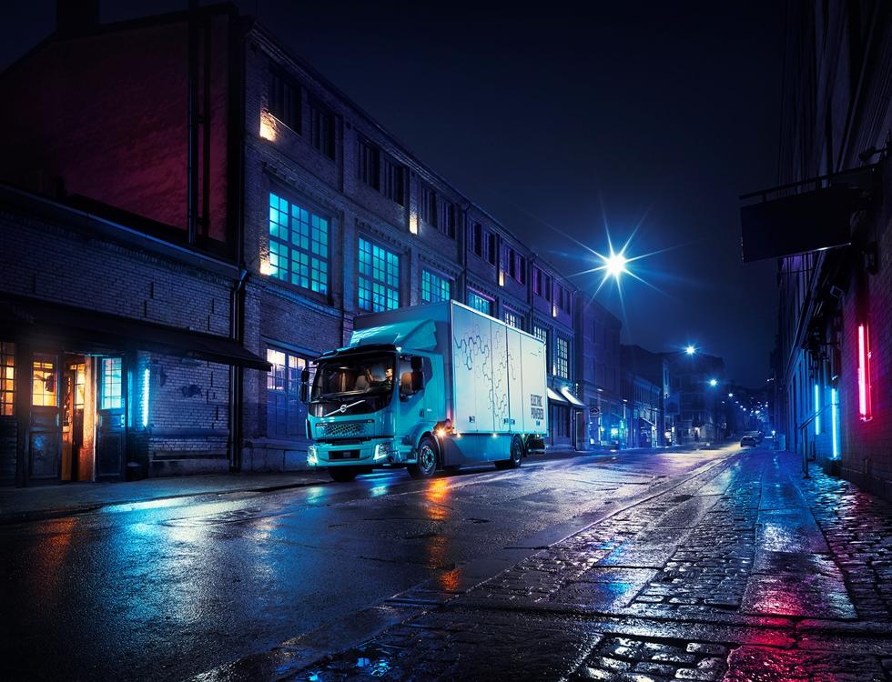 Här går det undan i svängarna. Knappt hade den första helt eldrivna Volvolastbilen, FL Electric, haft premiärvisats, innan det är dags för en andra lastbilsmodell. – Elektromobilitet är helt i linje med Volvos långsiktiga arbete för hållbara stadsmiljöer och nollutsläpp, säger Volvo Lastvagnars vd, Claes Nilsson.