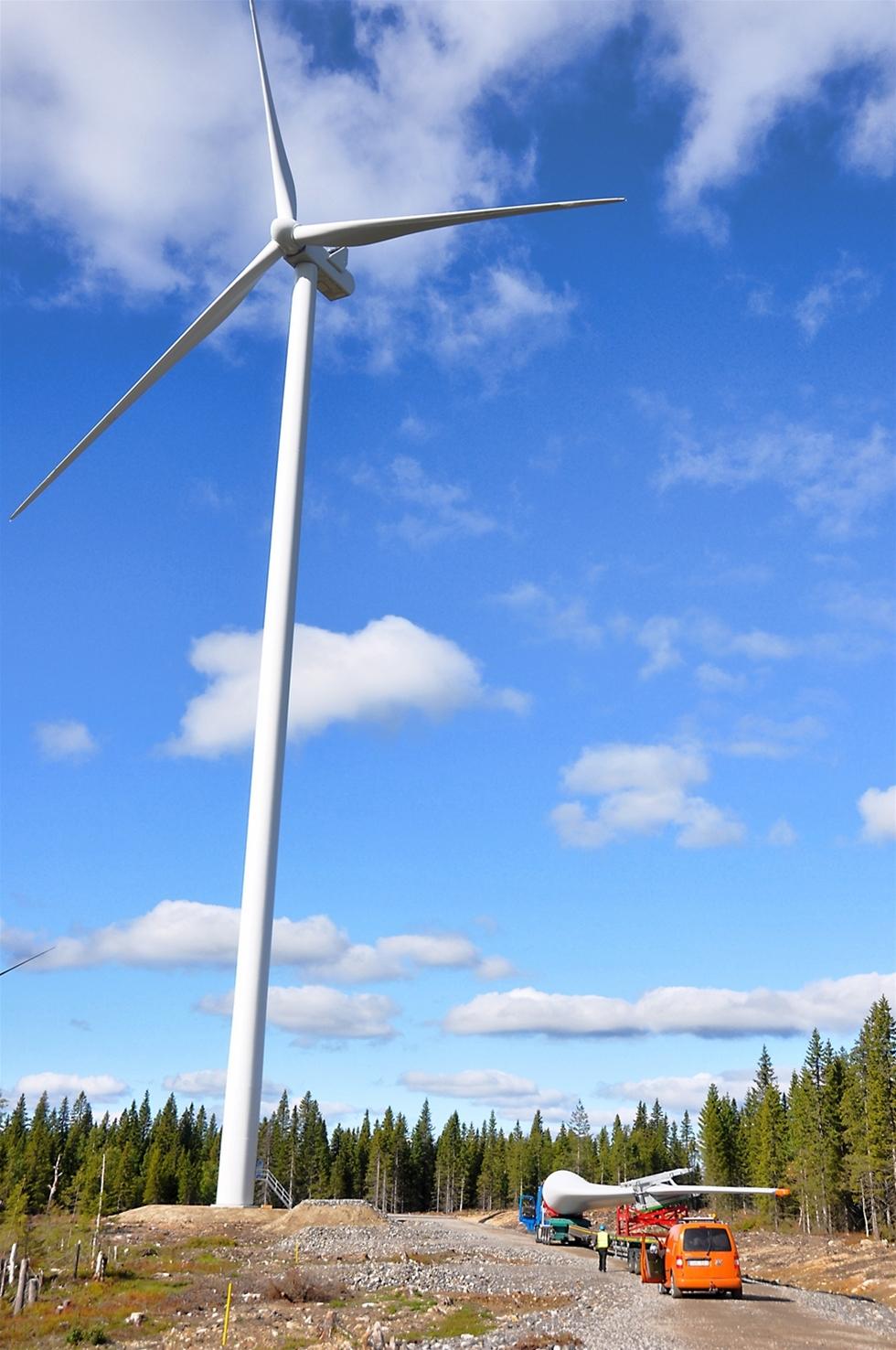 Nästan ett år efter besöket på bygget av vindkraftparken i Fäbodliden sträcker sig flera snurror mot skyn. Av 24 planerade vindkraftverk är åtta färdigmonterade av danska Vestas. Hela tiden kommer specialbyggda trailers från Umeå hamn med rotorblad och rördelar.