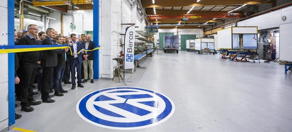 Bercos samarbete med VW växer sig allt större. Nyligen invigde Skellefteåföretaget en helt ny produktionslina för lätta transportskåp i lokalerna på Degerbyn. Från starten år 2001 har Berco tillverkat och sålt över 3 000 transportskåp till Volkswagen Crafter transportbil. Det är på grund av ökad efterfrågan som Skellefteåföretaget under hösten har driftsatt en ny produktionslina för tillverkning av transportskåp till Volkswagen. En rad prominenta gäster fanns på plats, bland annat en rad representanter från branschen.