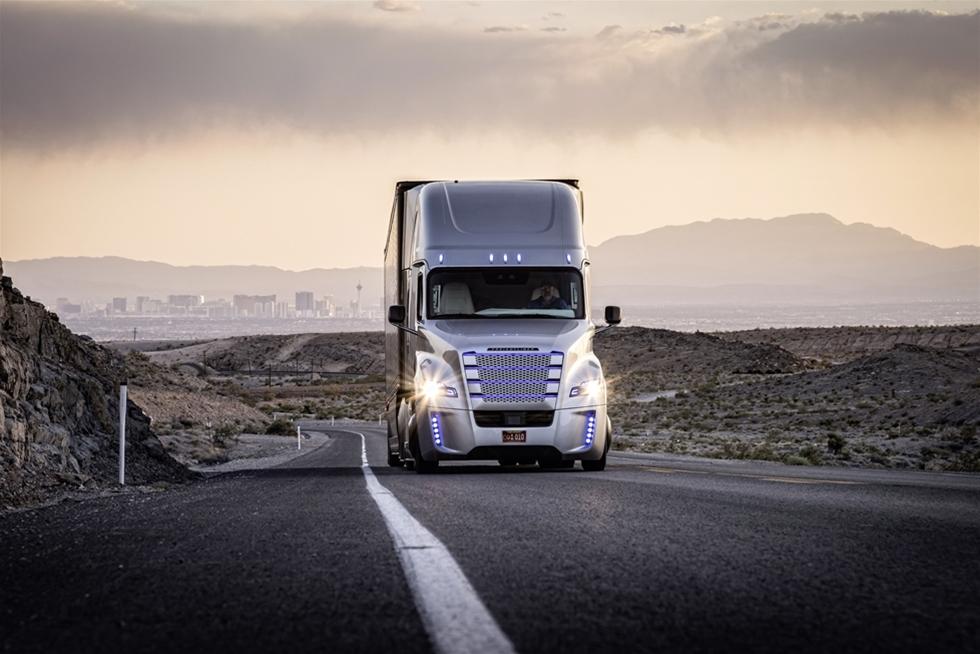Då Daimler vid ett stort arrangemang i Tyskland i somras presenterade världens första självkörande lastbil, var min omedelbara tanke att den knappast skulle komma ut på landsvägen under mitt aktiv liv som lastbilsjournalist –jag såg lösningen i fjärran, tio år framåt i tiden. Men, men - där tog jag grundligt fel. Lösningen lurade runt hörnet, och redan nu några månader senare, har jag själv åkt självkörande lastbil. I USA visserligen, men bedömningen är att det inom kort kan lanseras även i Europa.
