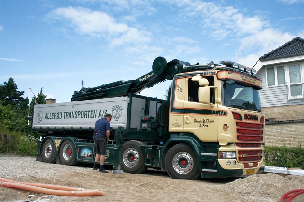 Vad finns det egentligen för skäl att köpa en Scania R730 8x2, när en mycket billigare lastbil klarar samma uppdrag? Åkeriägare Loui Olsen har en mängd olika skäl, visar det sig. Men i slutändan är det kanske följande lika enkla som slående förklaring som överväger: - Det är min drömbil, och jag tycker helt enkelt att jag förtjänar att ha just en sådan!
