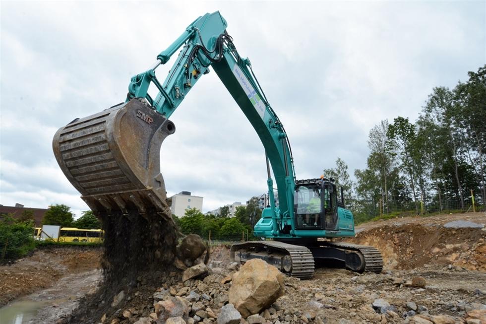 Klara besked, ordning och reda, flexibilitet, rätt kompetenser och rätt maskiner. Med den mixen har familjeföretaget Miljöplanering AB i Tullinge, söder om Stockholm, vuxit till en betydande leverantör av maskintjänster i regionen, från Södertälje i söder till Rosersberg i norr. Fokus ligger på infrastrukturjobben, såsom väg-, järnvägs- och tunnelprojekt. – Det svåra är inte att köpa maskiner. Konsten ligger i att få allt att fungera, säger Danne Larsson.