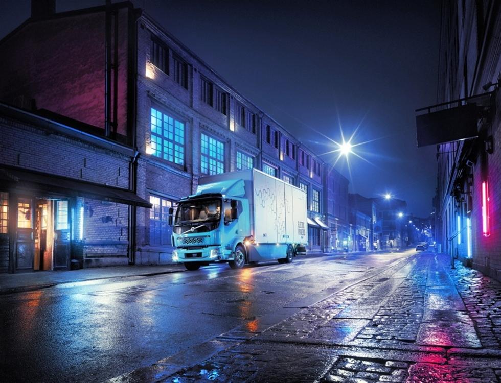 Volvo Lastvagnar presenterar nu sin första helt eldrivna lastbil i kommersiellt utförande – Volvo FL Electric för bland annat distribution och soptransporter i stadstrafik. Försäljning och serieproduktion av den nya lastbilen startar redan nästa år.