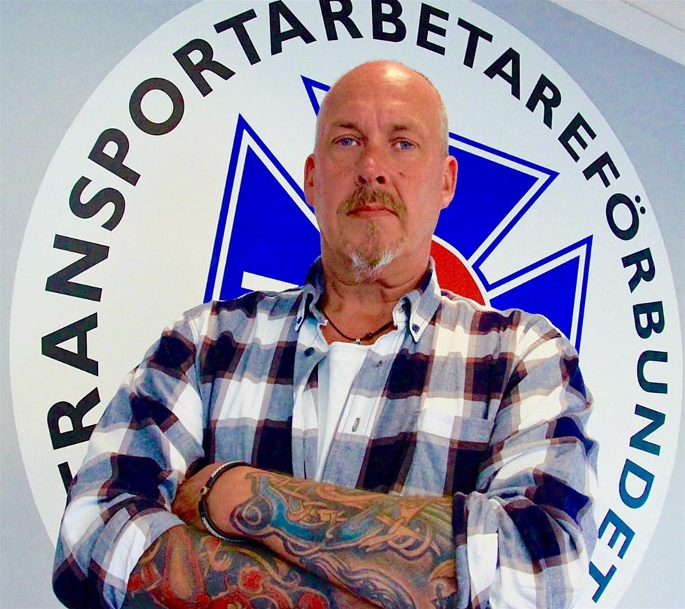 Tommy Jonsson har kartlagt fusk, illojal konkurrens och slavliknande villkor på de svenska vägarna. – Jag har mordhotats. Men det bara triggar mig, säger han.