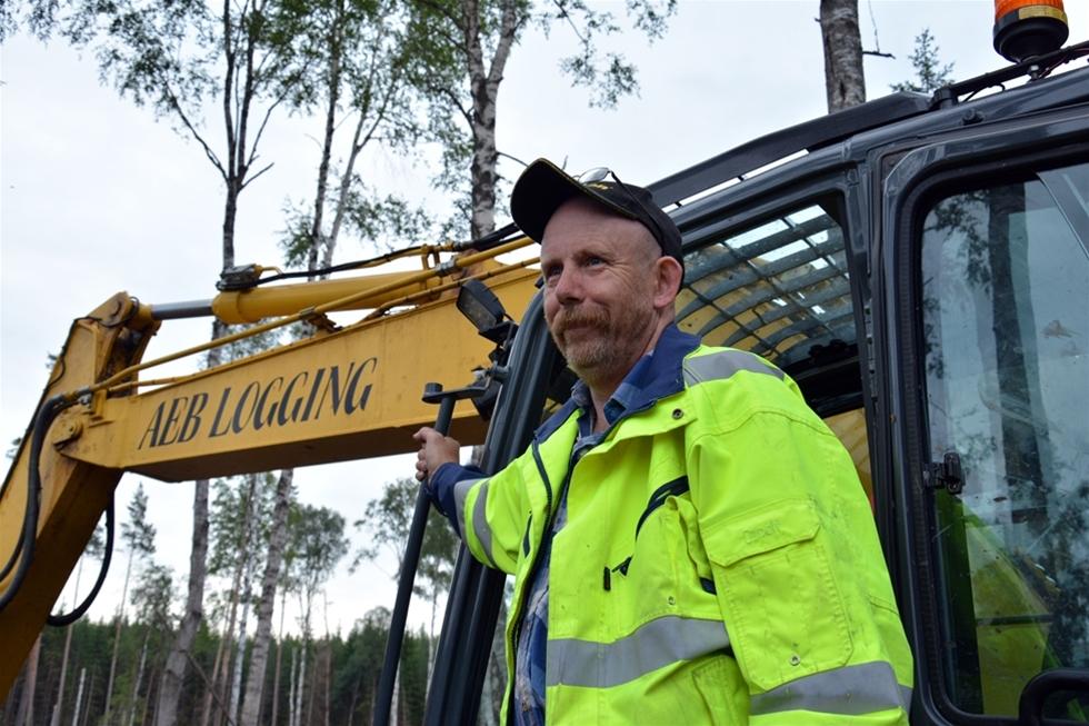 Det är en förunderlig upplevelse att se en bandgrävare manövreras över alla hinder på ett hygge. Spänstigt, kraftfullt, imponerande och rentav vackert. För Anders Eklund i Malingsbo i södra Dalarna är det vardag. Sedan 2008 har han specialiserat sig på skogsdikning, spårlagning och markberedning. Det har gjort honom till en mästare på att läsa av marken och att samspela mellan larver och aggregat.