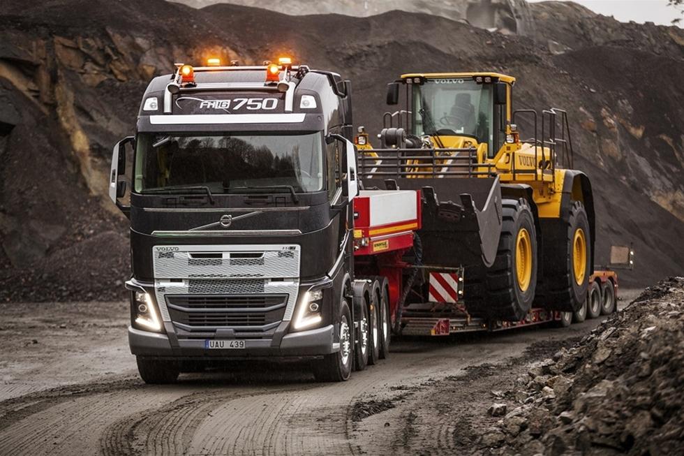 Volvo Lastvagnar utökar nu sitt Volvo FH-erbjudande med en ny förstärkt stötfångare. Den förstärkta fronten ger lastbilen en robustare profil som gör den lämplig för mer krävande uppdrag, såsom anläggningsarbete och timmertransporter. Volvo FH med förstärkt stötfångare presenterades på Intermatmässan i Paris.