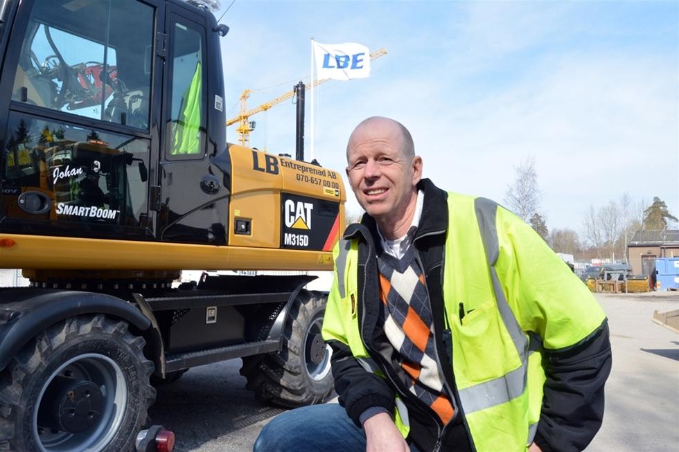 Lars Bäckström började med en hjullastare – nu finns över 20 maskiner hans kretslopp – Jag är avundsjuk på mitt liv. Det är ju det här jag vill hålla på med – maskiner, duktiga medarbetare och glada kunder, säger Lars Bäckström, som nu firar 30 år som maskinentreprenör. Alltsammans startade 1985 med en hjullastare. Snart blev det ytterligare en, följt av ännu fler maskiner och maskinister. Idag sysselsätter företaget 19 personer och har över 20 miljöklassade maskiner av olika slag.