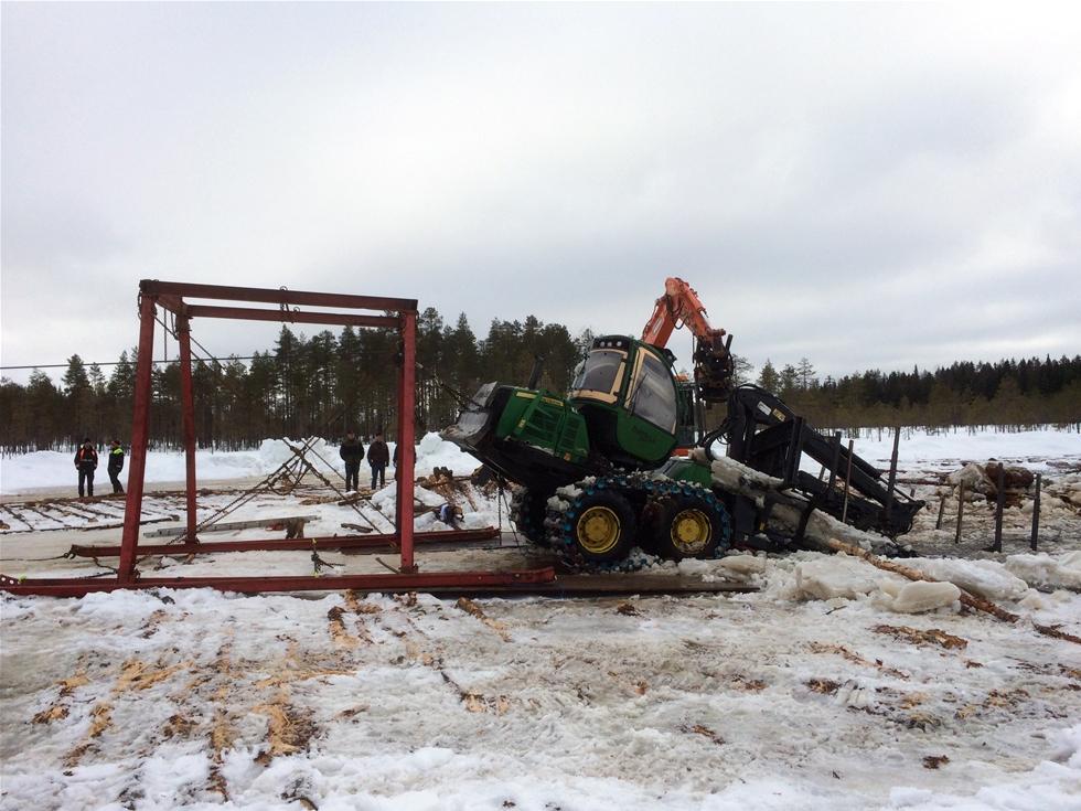 Efter två månader fick Tällmyren släppa taget om en av de två arbetsmaskinerna som sjönk där i januari, då Lennart Johansson var nära att drunkna i sin grävare Skotaren är uppe men det mödosamma bärgningsarbetet av grävaren sätter Ume Assistance resurser på prov.