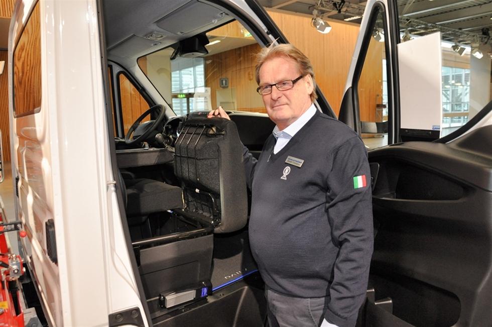 Hos Iveco jobbar de stadiga grabbarna, med de stadiga bilarna. Ja, så marknadsför de sig själva i alla fall – Iveco-människorna, kanske inte om sig själva, men väl om transportbilsprogrammet. På plats på mässan Bilar som jobbar fanns bland annat en 7-tons Iveco Daily med Palfingerkran och flak. -Den helt perfekta storstadsbilen, konstaterade Christer Conradsen, Iveco Sweden AB.