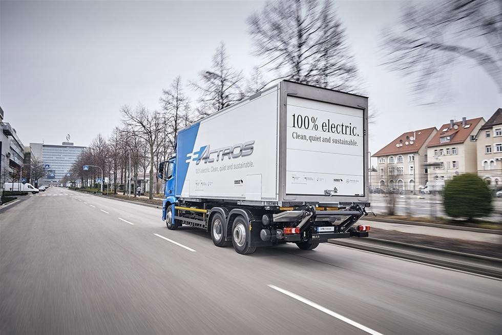 Nu är det dags. Mercedes-Benz har placerat de första exemplaren av sina fullt eldrivna lastbilar för fullskaliga tester hos kunder i Tyskland och Schweiz. Från lastbilstillverkaren uppges att Mercedes-Benz eActros kommer att finnas tillgängligt som val i det ordinarie lastbilsprogrammet - redan inom ett par år.