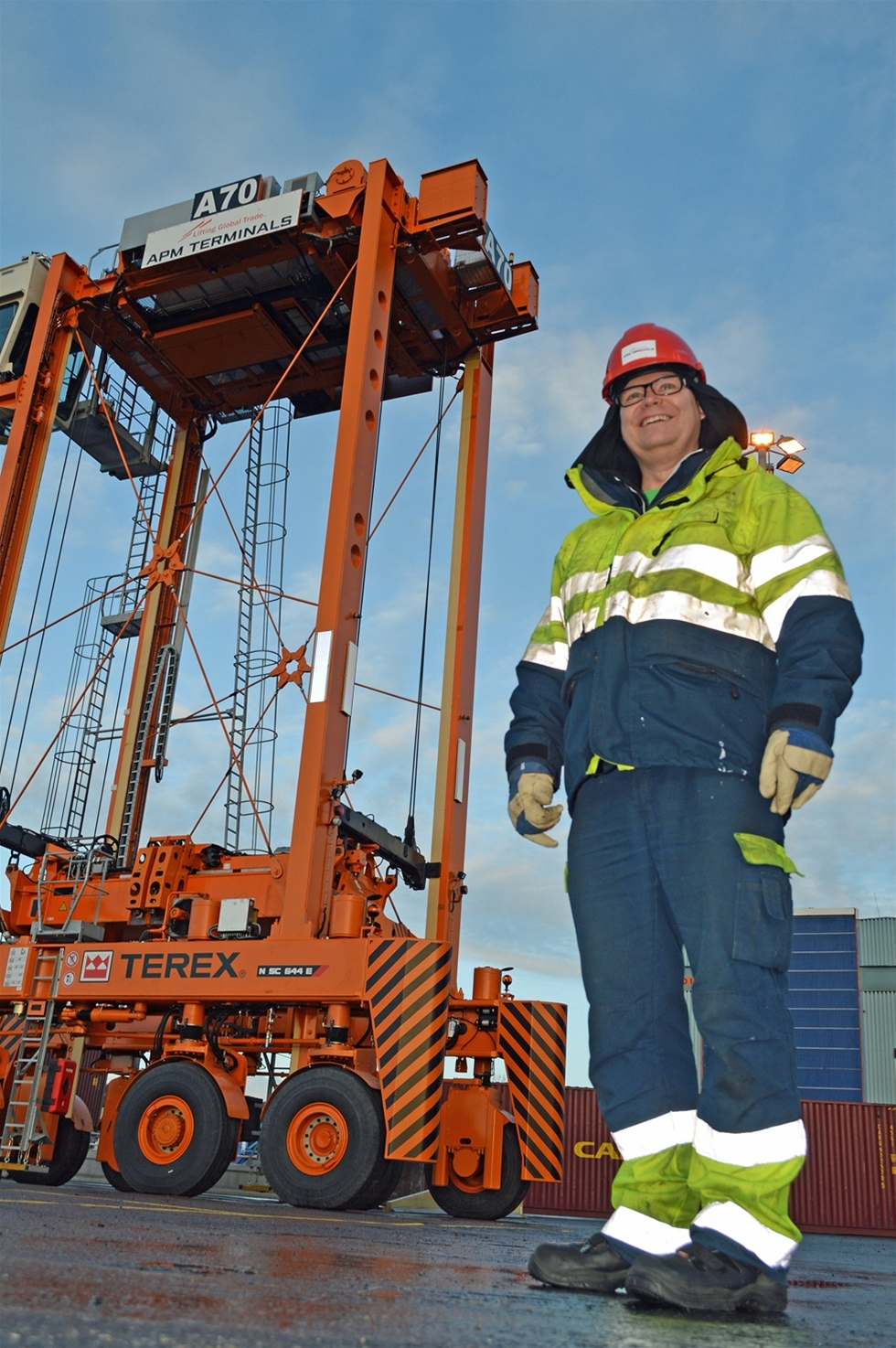 Roger Landström sitter 13 meter upp i luften när han kör en av de nya supertruckarna i Göteborgs hamn. Han har bra vy över terminalen och hamninloppet. – Visst känns det att det är högre mot de gamla grensletruckarna. Vi ser ut över södra skärgården, vid klart väder ut till Vinga, säger han.