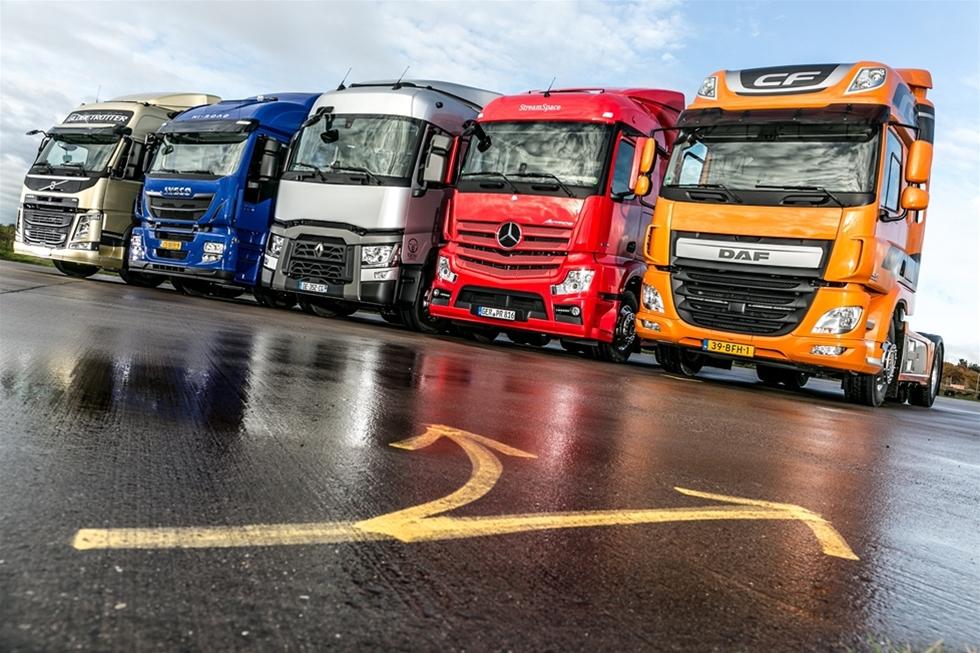 """Det kan vara god idé att välja lastbil med en lite mindre hytt, än vad som först var tanken. Som regel skonar det chauffören med många dagliga stopp och den lägre vikten ger större nyttolast – dessutom blir inköpspriset lägre. Frank Zeitzens testteam som samarbetar med erkända """"Lastauto omnibus"""" hade till denna jämförelsetest fått svar från fem av de sju europeiska lastbilstillverkarna; nämligen DAF, Iveco, Mercedes-Benz, Renault Trucks och Volvo Trucks - som alla ställde upp med de nyaste Euro 6 sovhytterna i mellanstorleken."""