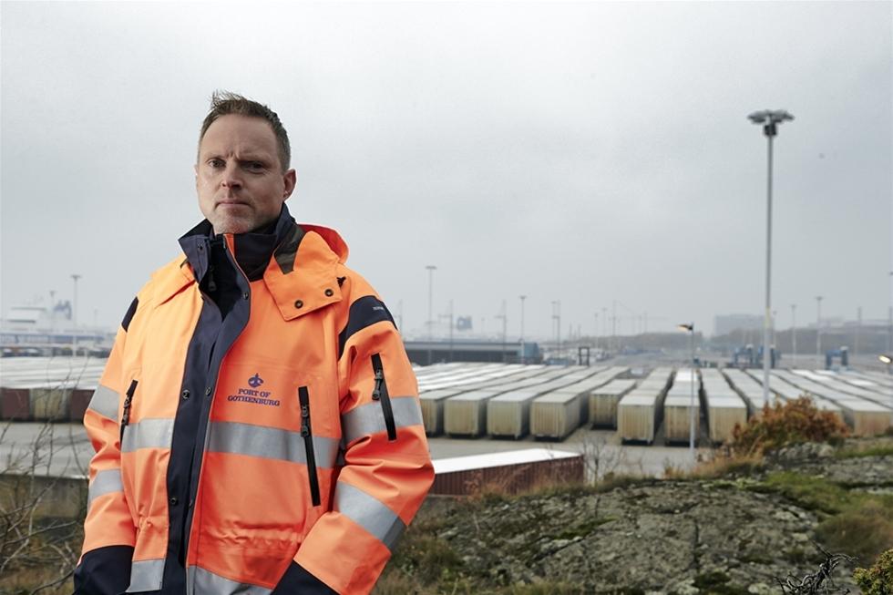Flyktingar kommer i trailrar till Göteborgs hamn. En del har suttit inklämda i det trånga utrymmet i månader. Kanske med några stopp för att få frisk luft på vägen. – De flesta har betalat mycket för att komma till England och kanske London. Något i logistiken har blivit fel i Gent eller Zeebrugge i Belgien och så har de hamnat här. En del har varit svårt medtagna, säger Magnus Rosenqvist, ställföreträdande säkerhetschef.