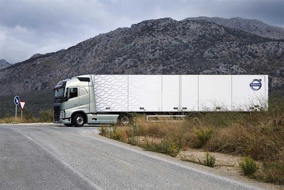 I samband med huvudlanseringen av nya Volvo FH, så målades det tvärt emot Volvos egna tidigare principer, inte bara upp ett scenario om vad som var färdigt för stunden - utan även vad som skulle komma längre fram. Det talades bland annat om en spännande innovation som Vovo kallade I-Torque. Nu två år senare meddelas det från Volvo att I-Torque lagts på is, men att tekniken istället finns i den nya dubbelkopplade växellådan - Volvo I-Shift Dual Clutch. Åkeri & Transport har givetvis testat. På krävande spanska stekheta vägar.
