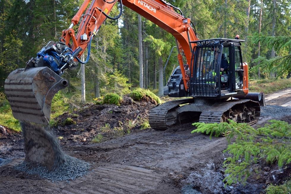 Maskinentreprenören  Lasse Axelsson har i stort sett alla sina uppdrag i eller i direkt  anslutning till skogen. Han använder sin bandgrävare för att markbereda,  rensa diken, underhålla och förbättra skogsbilvägar, med mera. När han skulle byta maskin föll valet på en bandgrävare som är särskilt framtagen för att ta sig fram i terrängen.