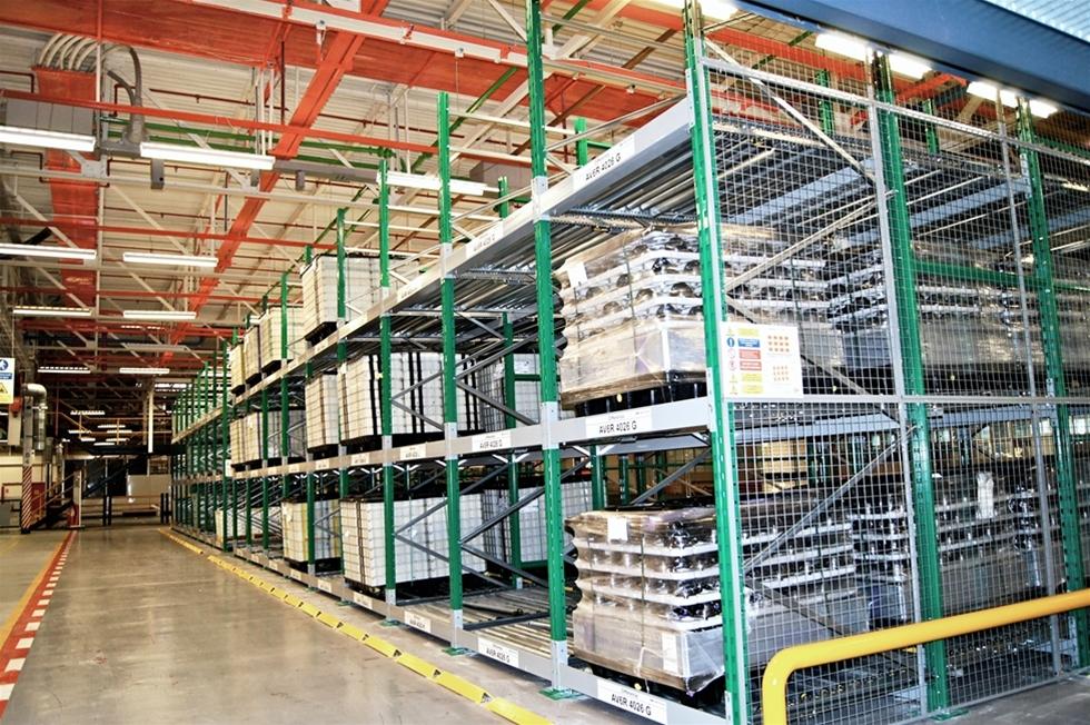 Interroll har installerat ett genomloppslager på Getrag Ford Transmissions Halewood-fabrik i Liverpool. Där tillverkas växellådor till Ford-bilar och det nya systemet Pallet Flow är ett led i att centralisera och lagra komponenter betydligt närmare produktionslinjerna.