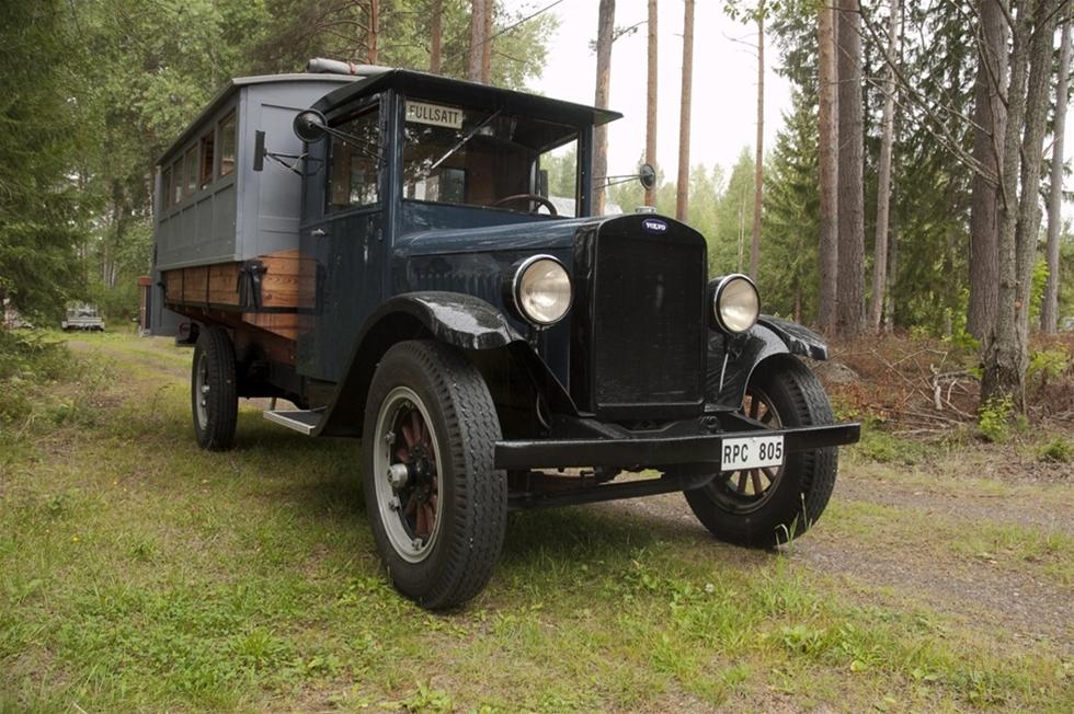"""I den lilla byn Wik finns en sann entusiast. Han hävdar att kossor och gamla bilar går hand i hand """"den som har kossor har också veteranbilar"""", och vem vet? Kanske är det så? Åtminstone har Lars-Erik Säll en hel flock rariteter. Vi ska titta närmare på en av dem, en Volvo LV 63 från 1930."""