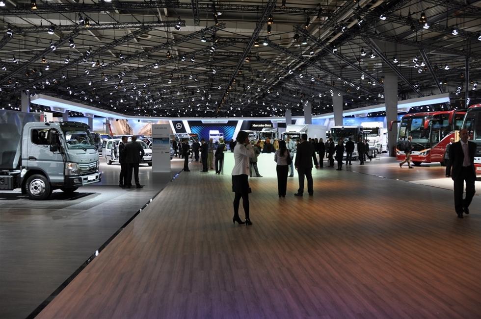 En stilla vandring bland glittrande montrar och oändliga byggnader på rent gigantiska IAA Commercial Vehicles i Hannover, blir samtidigt en vandring in i framtiden. Den som trodde att lastbilsindustrin och allt som hör till den, enbart handlar om dieselfläckar, flagnat krom, överviktiga chaufförer och underviktiga kuttersmycken – är hopplöst efter i såväl tanke som kunskap. Här handlar det om högteknologi i yppersta världsklass, om miljötänk från alla aspekter, om säkerhet och om en global och fullständigt livsviktig bransch.