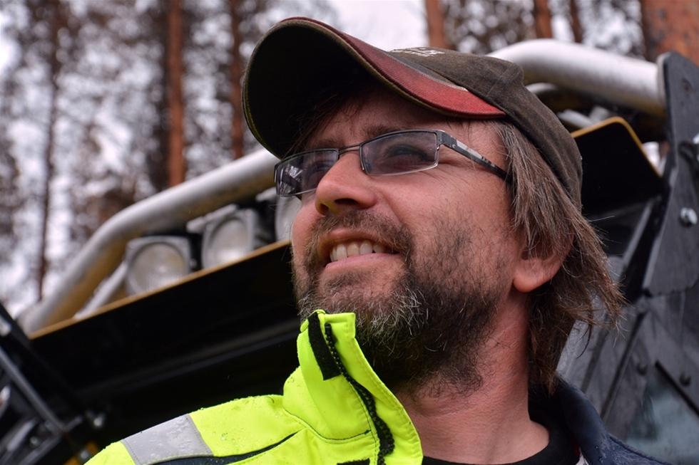 Ekonomiskt kan det vara lockande att sprida maskinernas räntekostnader över så många av dygnets timmar som möjligt. Men den medaljen har en baksida. – Skift sliter på både maskiner och medarbetare och gör verksamheten mer känslig, säger Anders Björnestam, skogsmaskinentreprenör i Smedjebacken i södra Dalarna.