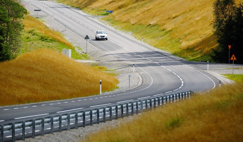 Här är testbanan som ska ta oss in i framtiden. En arena i jätteformat för att fundera ut tänkbara framtida olycksrisker. Det är ett område där krockar ska öka trafiksäkerheten. – Banan är till för aktiva system för ökad säkerhet i trafiken. Att kunna vara förutseende för att konstruera teknik som förebygger olyckor, säger Maria Khorsand, vd för SP, Sveriges Tekniska Forskningsinstitut.