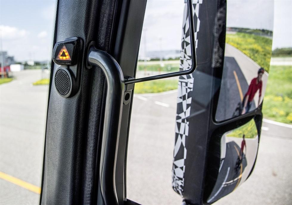 """En högersväng med lastbil innebär alltid en risk för oskyddade trafikanter. Även om alla lastbilens fyra backspeglar är helt rätt inställda finns alltid risken att en cyklist eller ett barn befinner sig i den döda vinkeln. Nu har Mercedes-Benz utvecklat ett system som med hjälp av radar """"ser"""" längs hela lastbilens högersida och varnar chauffören för osynliga faror."""