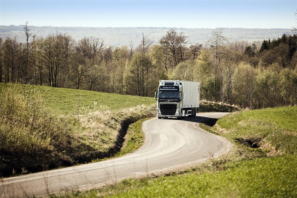 Både ris och ros. Så här är det, de lastbilsköpare som går och väntar på att få lägga en order på Volvo FH-seriens sedan länge väntade stjärnskott, en Volvo FH 460 I-Torque med 13-liters compound motor, common rail insprutningsteknik och dubbelkopplingslåda – kommer att bli våldsamt besvikna. I-Torque projektet är nämligen bortplockad från produktionsplanen, och istället lagt i malpåse.