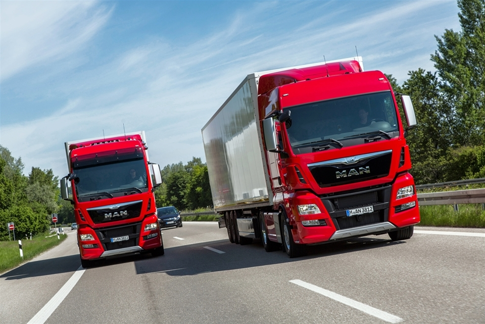 Sedan det internt beslutades att MAN:s V8-motorer inte skulle uppgraderas till Euro 6 standard, har det varit ett svart hål i tillverkarens motorprogram. Men hålet fylles nu igen, med en 15,2 liters rak motor, med beskedliga 560 hästkrafter i effektuttag. Så långt tillbaka vi kan minnas har MAN alltid kunnat leverera lastbilar med stora och kraftfulla motorer. Som exempel kan nämnas en 18 liters V10 med 660 hästkrafter, och en V8 med samma cylindervolym som utvecklat 680 hästkrafter. Motorer som effektmässigt har kunnat mäta sig med det allra mesta. Tabell för dagens dieselmotorer i storleksklassen 15-16 liter: Motor                Slagvolym         Effekt                 Vridmoment MAN D3876     15,2 liter            560 hk                2700Nm/930 rpm Mercedes OM 473 LA               15,6 liter            625 hk                3000Nm/1100 rpm Scania DC16 103 V8                    16,4 liter            730 hk                3500Nm/1000 rpm Volvo D16K      16,1 liter            750 hk                3550 Nm/950 rpm