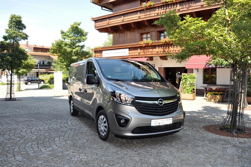 De sa det inte rent ut, Opelmänniskorna, men det gick klart att utläsa mellan raderna; att försäljningen av transportbilar inte står i relation till produktportföljen, och till bilarnas kvalitéer. Så nu ska det satsas rejält på de lätta transportbilarna inom koncernen. Inte för att Opel har glömt segmentet tidigare heller, men med ett bra modellutbud och ett bra varumärke strävar det tyska företaget högre upp i marknadstrappan, i Tyskland, i Sverige och i hela Europa. - Ja, absolut, vi lanserar nya bilar i alla storlekar, och vi sjösätter en helt ny och starkare transportbilsorganisation, förklarar Steffen Raschig, ansvarig för Light commercial vehicle inom Adam Opel AG.