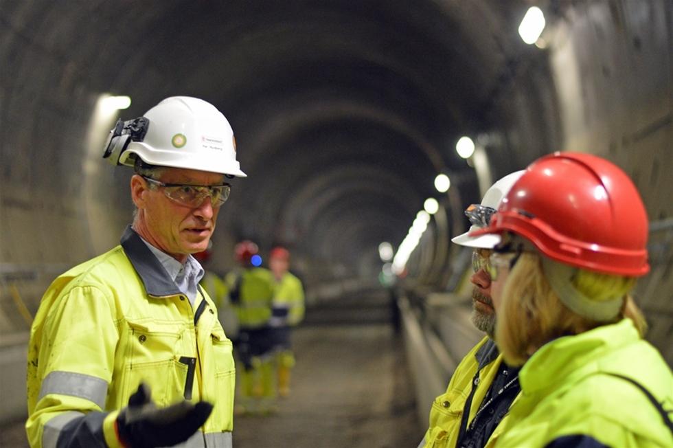 Nu rullar golfbilar, cyklar samt en och annan buss i tunneln genom Hallandsås. I december nästa år ska tågen susa igenom berg- och sandåsen. – Vi är inne i en ny fas i projektet. Sedan genombrottet för ett år sedan har vi demonterat borrmaskinen. Nu förbereder vi för att bygga järnväg, installera signalsystem, elkraft och telekommunikation, säger Per Rydberg, projektchef.